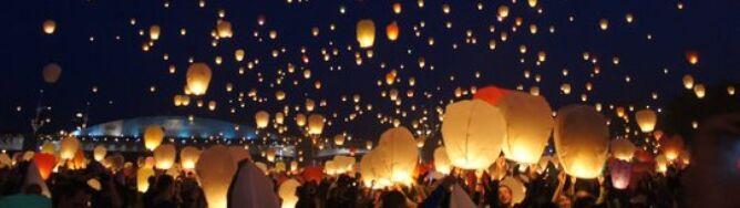 Tysiące papierowych świetlików na niebie
