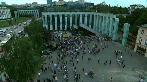 Zgromadzenie na Placu Krasińskich  TVN24
