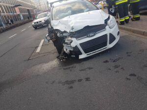 Dwa fordy zderzyły się na Domaniewskiej. Kierowcy w szpitalu