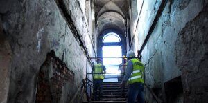 Remontują wnętrze ostatniej wieżycy na moście