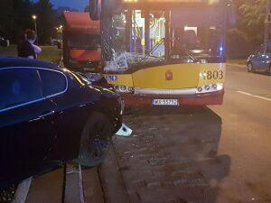 Zaparkowała maserati, uderzył w nie autobus
