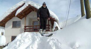 Śniegu spadło tyle, że z domu wychodzą na nartach