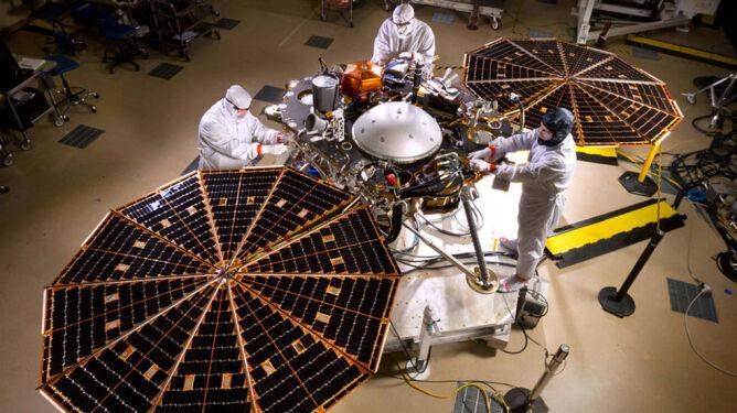 Konstruowanie sondy InSight (NASA)