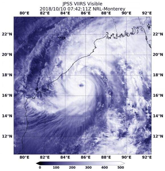Zdjęcie satelitarne cyklonu Titli przed uderzeniem w indyjskie wybrzeże (NASA/NOAA/NRL)